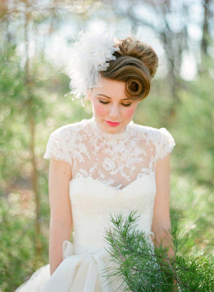 hochzeitskleid spitze, braut mit rosa make-up und rockabilly frisur