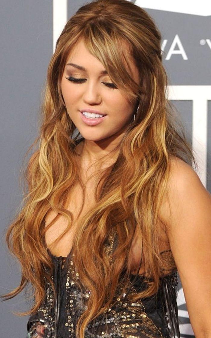 lange honigfarbene haare mit blonden strähnen, schwarzer kleid mit goldenen pailetten