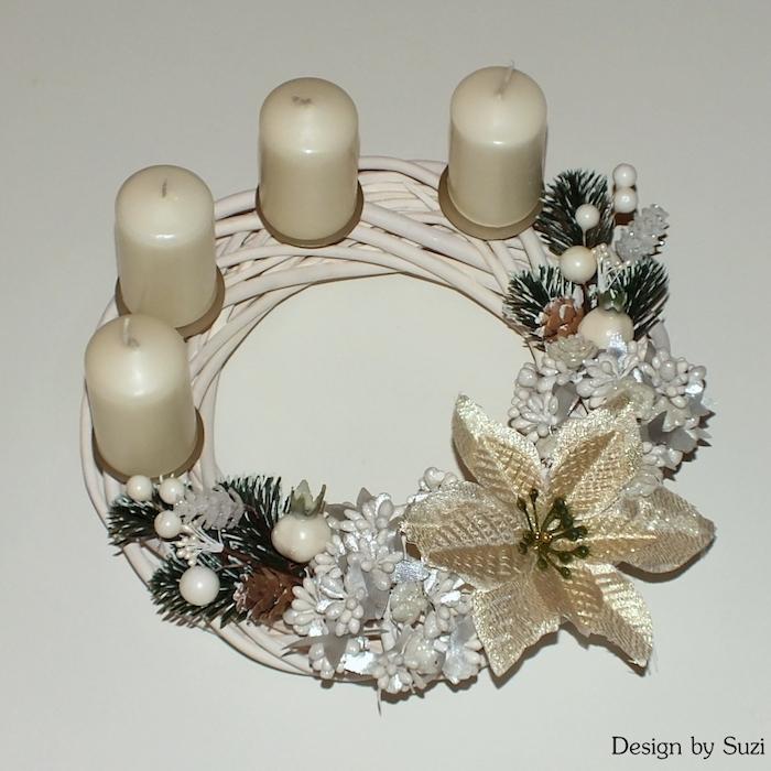 vier weiße kerzen und eine große weiße blume - ein weißer adventskranz mit braunen zapfen und ästen mit grünen blättern - einen adventskranz selber bateln