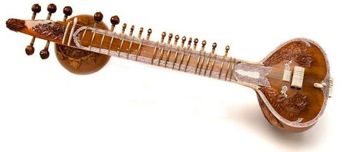 Sitar aus Holz mit vielen Metallzungen in Goldfarbe, Kopf mit dekorativer Funktion