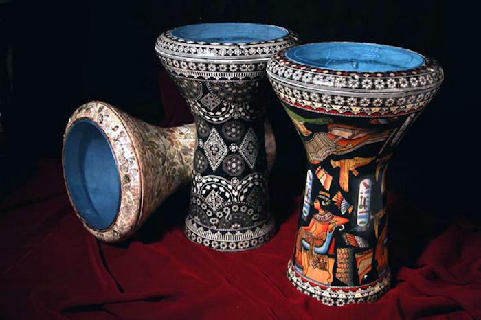 drei ägyptische Tablas mit Motiven und Szenen aus der ägyptischen Mythologie, weinrote Decke mit Falten