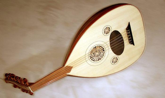Musikinstrumente: Oud mit sechs Doppelsaiten und kurzem gebeugtem Griff, Vorderseite mit Holzschnitzereien und Verzierungen