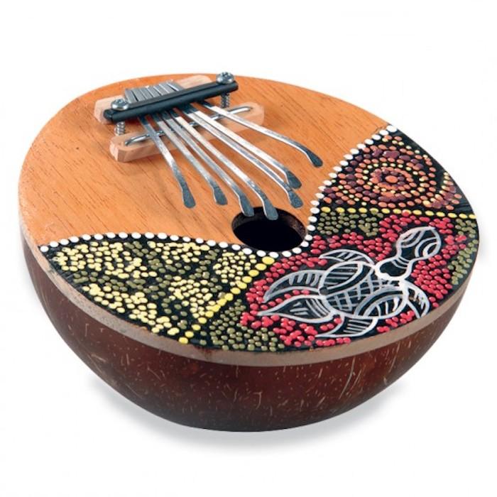 Lamellophon aus Afrika mit runder Form, dekoriert mit kleinen Perlen in verschiedenen Farben, Decke mit Schildkrötenmotiv
