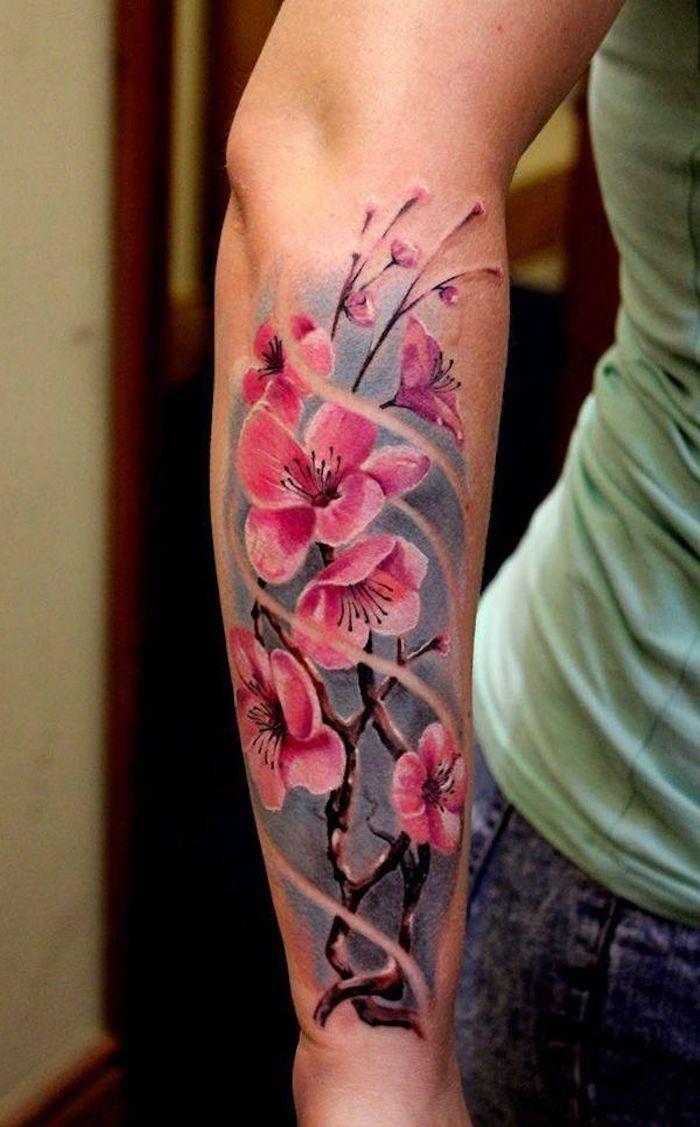 tattoos mit bedeutung, frau mit farbiger tätowierung mit japanischem motiv am unterarm