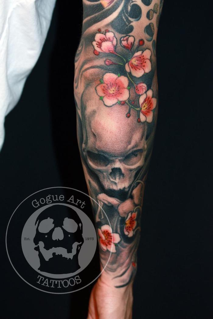 japanische tattoos, schädel in schwarz und grau in kombination mit rosa kirschblüten