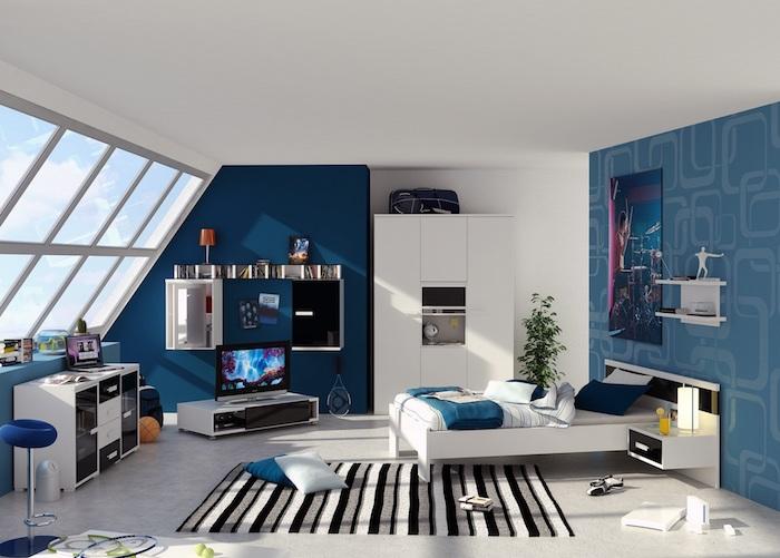 Teenager Zimmer in blauer Farbe mit einem großen Poster an der Wand, gestreifter Teppich am Boden