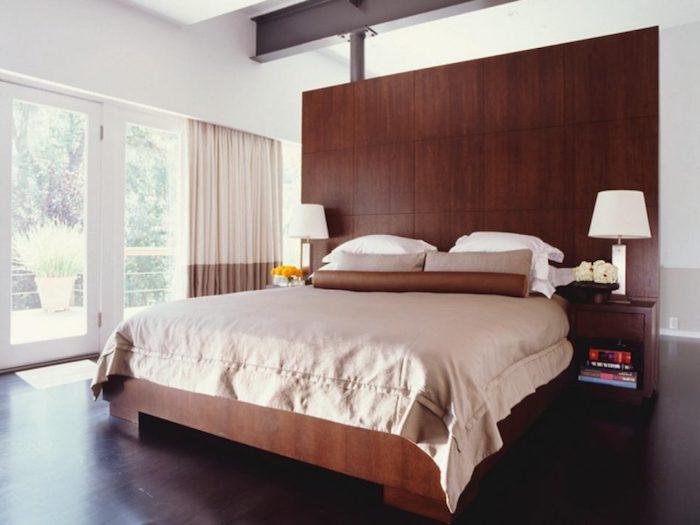 ein großes Schlafzimmer, Teenager Zimmer in brauner Farbe, viel Holz und zwei symmetrische Lampen