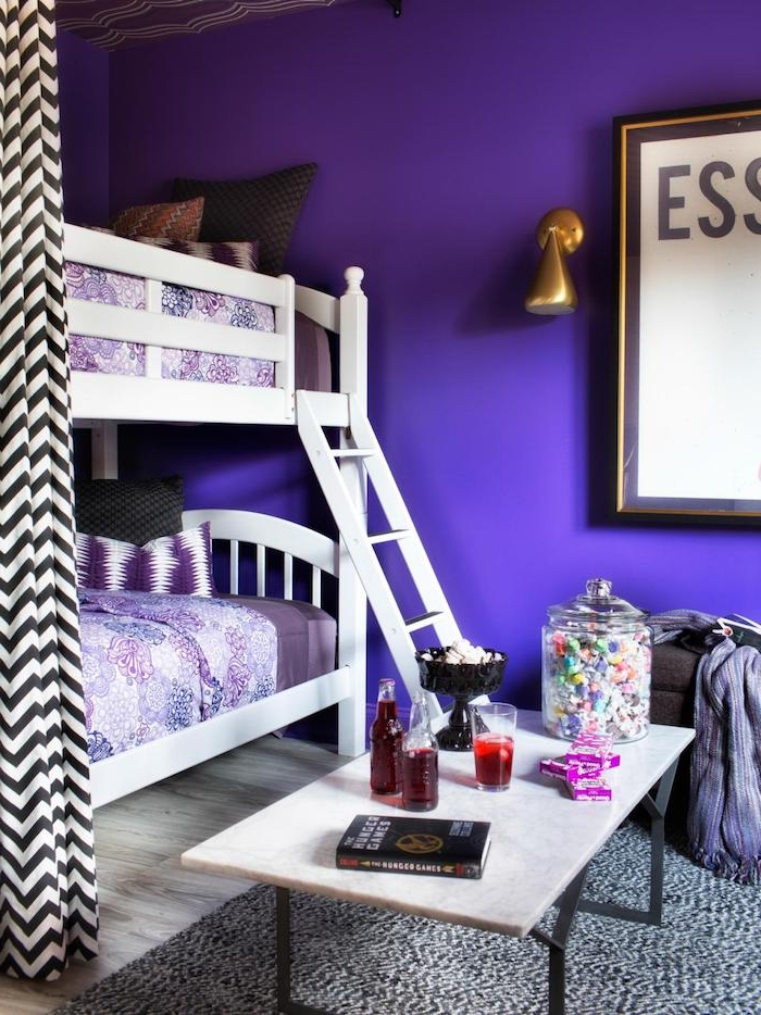 lila Wände von dem Zimmer, ein kleiner Tisch mit Getränke, Bonbons und Die Tribute aus Panem