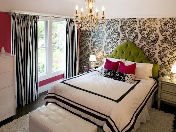 Betten für Teenagers - ein weißes Bett, weißer Teppich, weißer Hocker, gestreifte Vorhänge