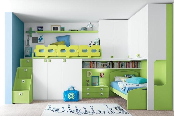 Betten für Teenagers in grüner Farbe, Hochbett mit Treppen, weiße Regale, Bücherregal