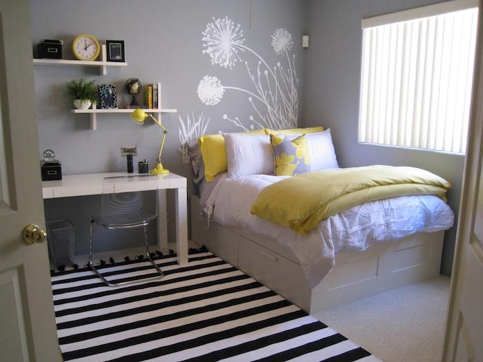 Teenager Zimmer - ein Löwenzahn Wandtattoo über dem Bett, gestreifter Teppich