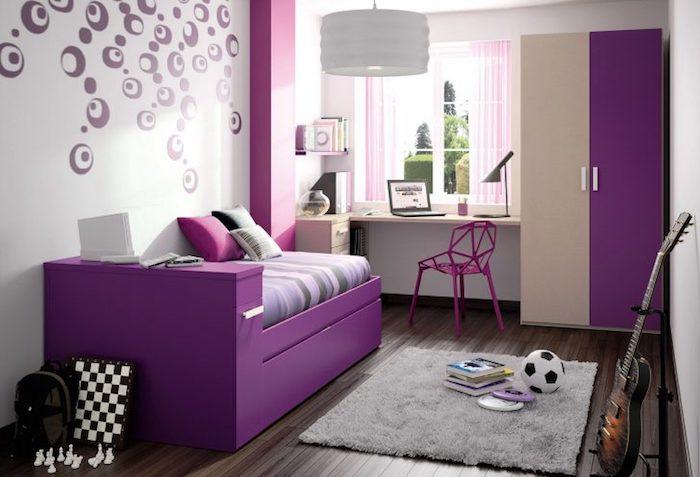 Jugendzimmer gestalten - lila Bett, kleiner grauer Teppich und zweifarbiger Schrank