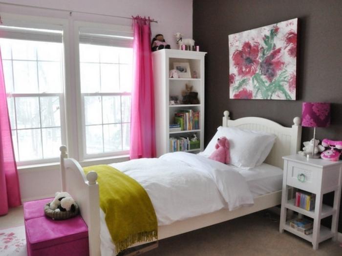 schöne Zimmer - erosa Gardinen, eine braune und eine rosa Wand, ein Wandbild