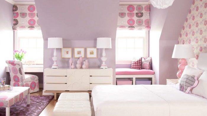 lila Wände, zwei symmetrische Lampen, ein weißes Bett, zwei weiße Hocker - schöne Zimmer