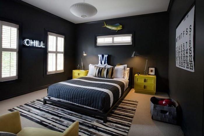 Jugendzimmer gestalten, schwarz gestreiften Wände, gelbe Nachttische, Buchstabe M über dem Bett