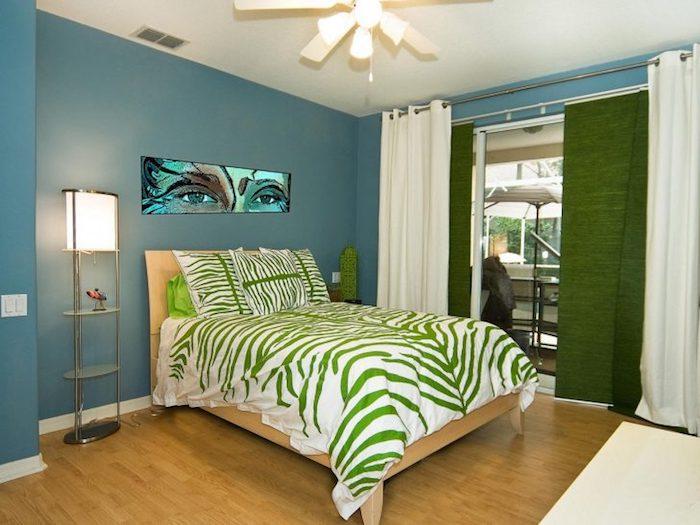 grün-weiße Bettdecke ein interessanter Lampenschirm und modernes Bild - Jugendzimmer gestalten