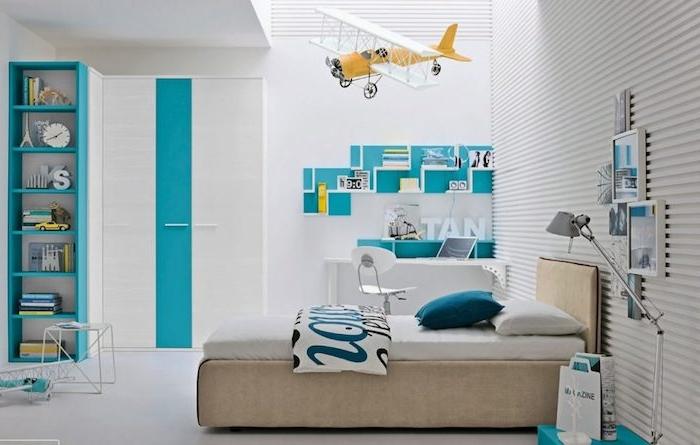 Jugendzimmer gestalten - ein gelbes Flugzeugmodell über das Bett, blaue und weiße Wände