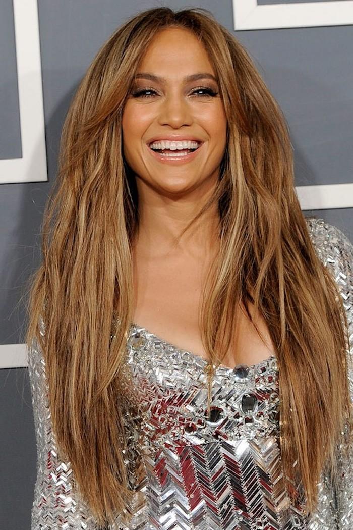 haare caramel, silbernes abendkleid, karabellfarbige haare mit blonden strähnen