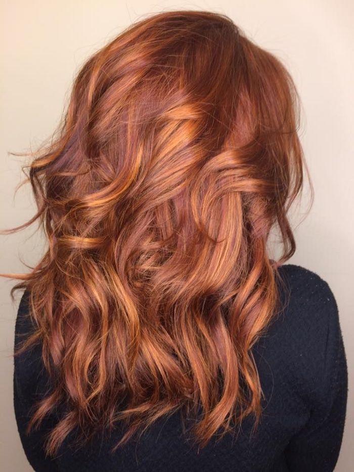 haare caramel, frau mit schwarzer bluse und karamellroten haaren mit karamellblonden strähnen