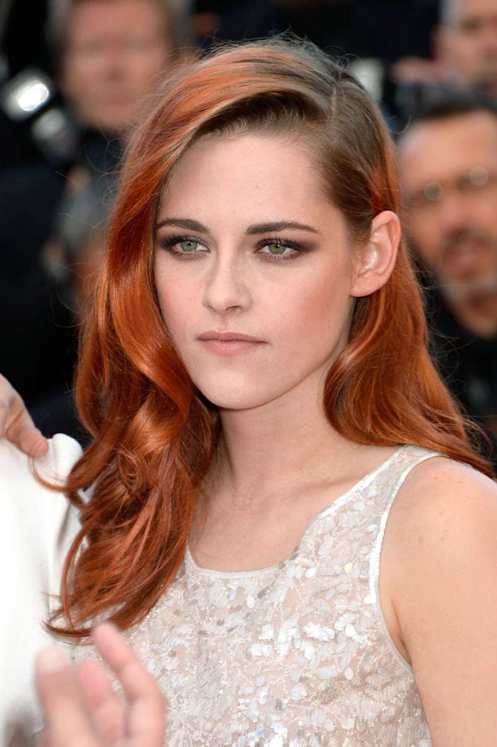 karamell haarfarbe, karamelrote haare mit braunem ansatz, silbernes abendkleid