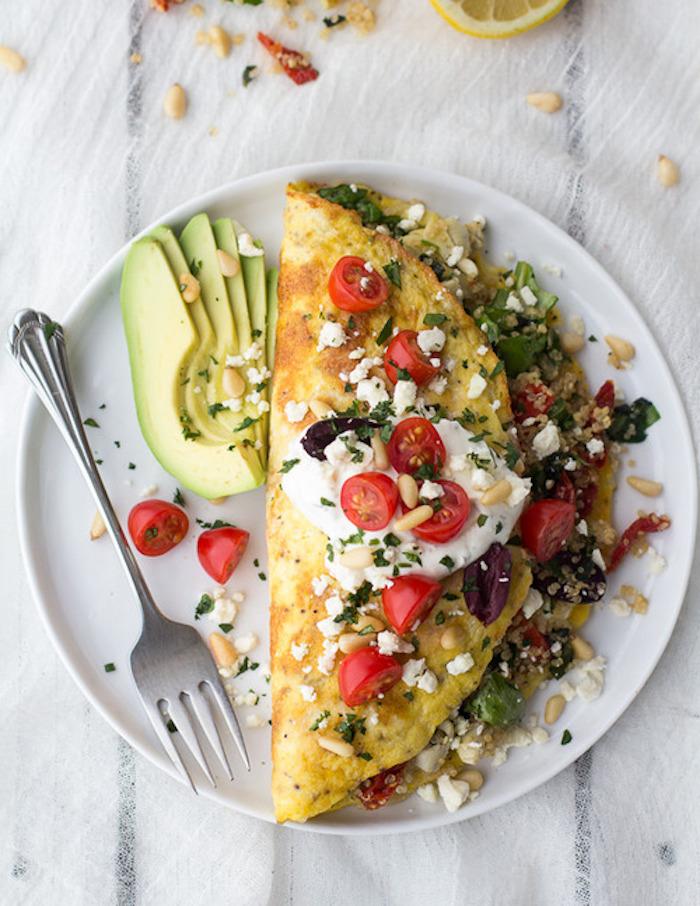 low carb rezepte schnell lowcarb eier mischung omlette mit weißer soße cherry tomaten avocado käse samen nüsse