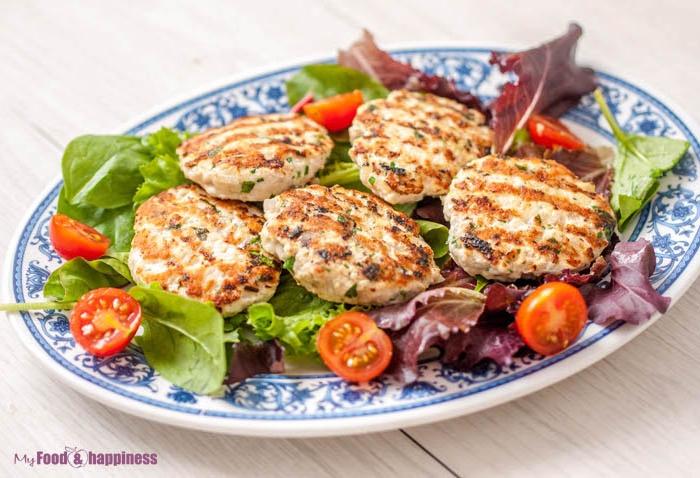 schnelle low carb rezepte frikadellen gestellt auf frischer grünsalat cherry tomaten spinat grüne gemüse kräuter ideen