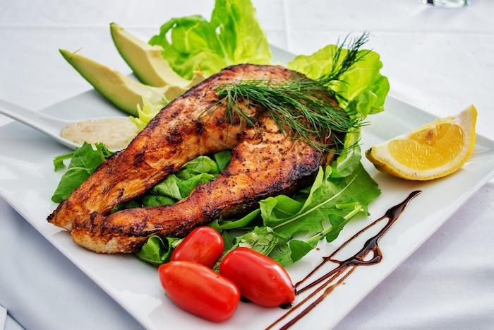 low carb rezepte schnell lachs zitrone cherry tomaten avocado grünsalat löffel balsamiko essig aus italien