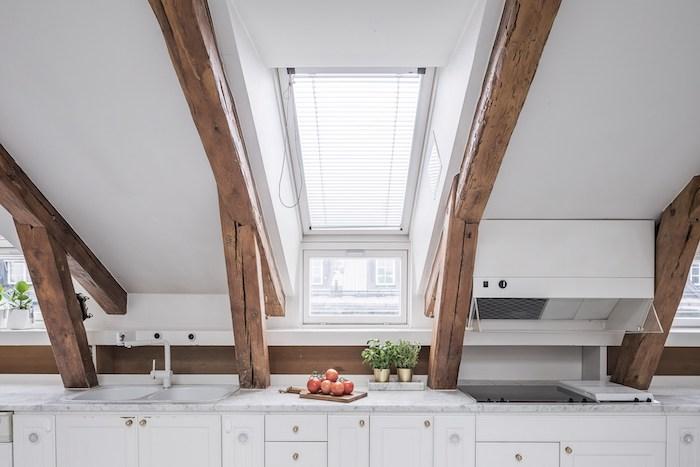 dachgeschoss küche weiße wohnküche kochen und genießen auf dem letzten stock eines gebäudes dochwohnung äpfel frische kräuter