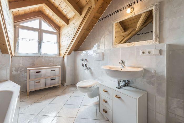 wohnung gestalten bad badezimmer in der wohnung wanne waschbecken neben der toilette schrank im bad fenster spiegel weiß einrichten weiße fliesen