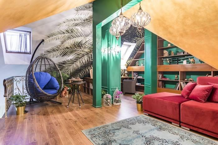 wohnung gestalten exotische einrichtung der wohnung blauer sessel rotes sofa grün türkis kontrast gesättigte farben lampen