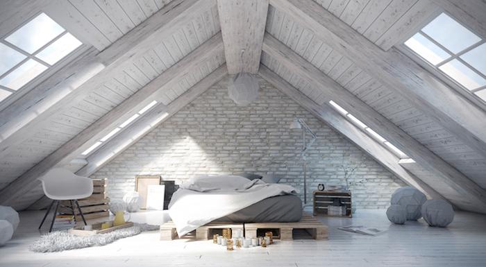 mansardenwohnung wohnung auf dem dachstock einer gebäude dezent eingerichtet in weiß und grau pastellfarben skandinavischer stil bodenkissen palettenmöbel bett aus paletten