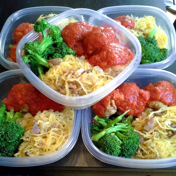 kohlenhydratarme rezepte zum mitnehmen fitnessessen brokkoli nudeln aus kürbis kürbisspagetti tomatensoße mit frikadellen