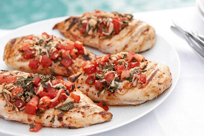 abendessen low carb hänchen hänchenfillet tomaten würfel kräuter käse vier stücke in einem teller