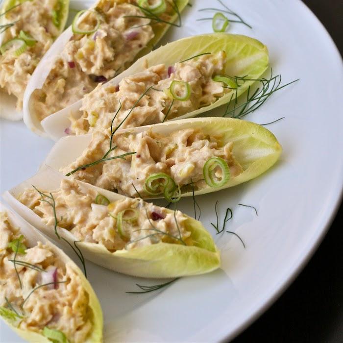 abendessen low carb grünsalat mit tunfisch aufstrich gefüllt gesund und lecker speise teller vorspeise