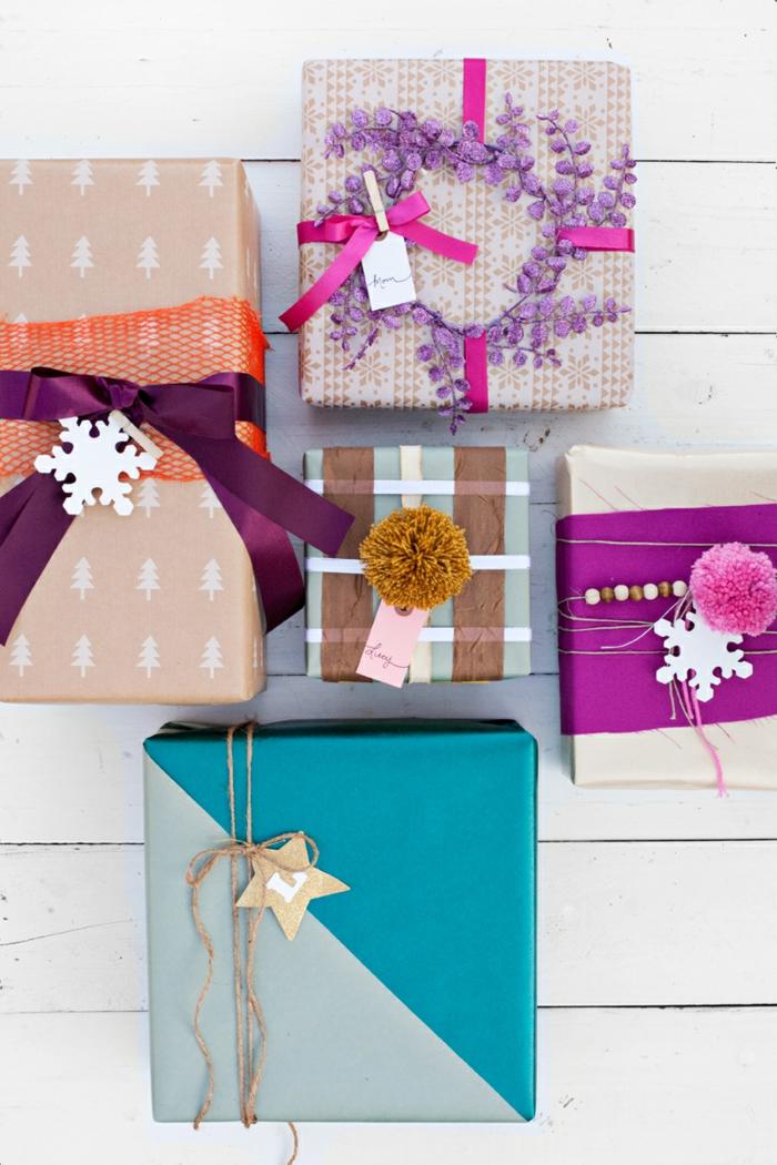 Weihnachtsgeschenke schön verpackt, mit Schneeflocken und Sternchen verziert, DIY Ideen zum Nachmachen