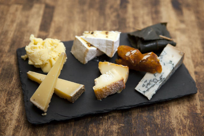 The perfect cheese platter - taste combinations and edible decorations