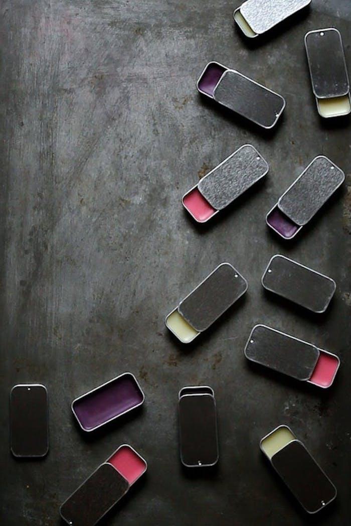 lippenstift selber machen, selbstgemachte lippenbalsame in verschiedenen nuancen