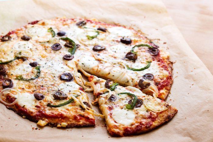 kohlenhydratfreie gerichte blumenkohl pizza idee oliven käse paprika zutaten lebensmittel produkte