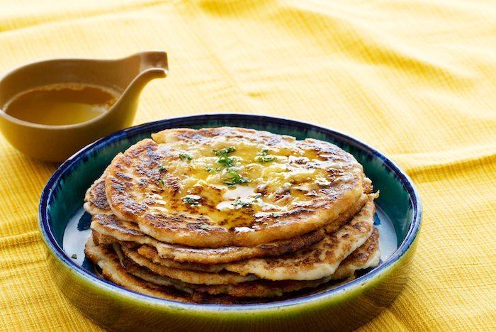 kohlenhydratfreie gerichte pfannkuchen ideen eier haferflocken soße honig pistazien gelbe tischdecke