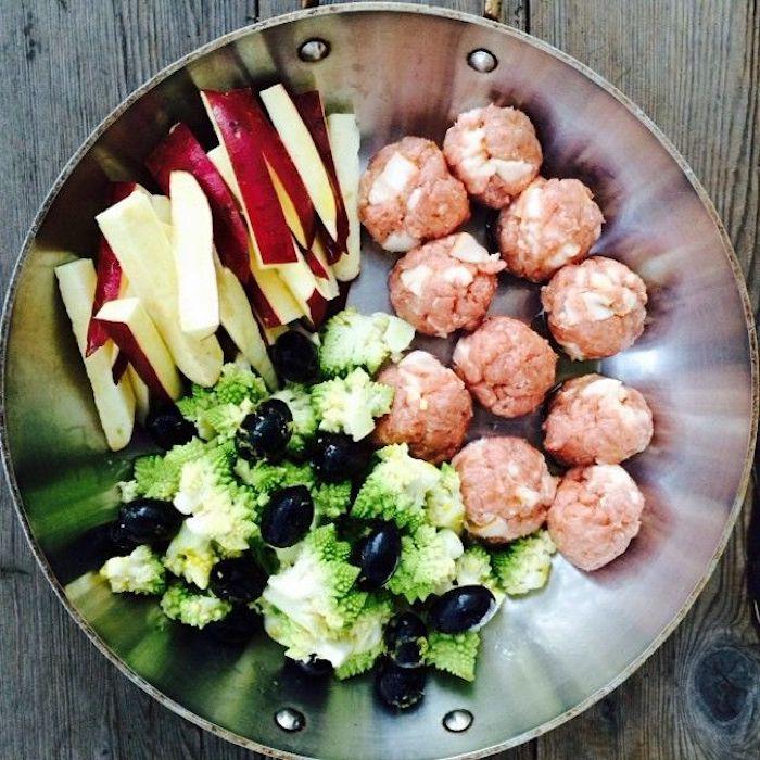 rezepte low carb frikadellen mit käse brokkoli und oliven und apfelstücke alles in der pfanne fertig zum kochen