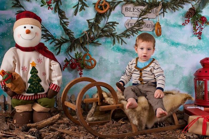 lustige Bilder zu Weihnachten - ein Junge auf dem Schlitten gesetzt und ein Weihnachtsmann daneben