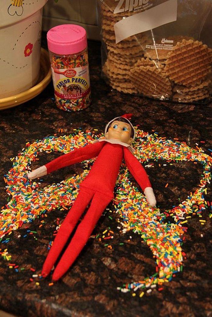 eine Weihnachtspuppe mit Süßigkeiten bestreut - lustige Weihnachtsgrüße