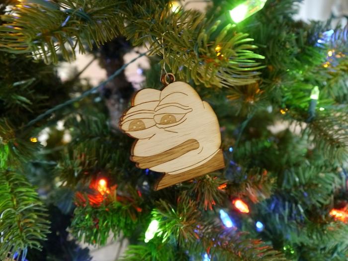 ein in Gedanken vertiefter Frosch hängt am Weihnachtsbaum aus dem lustigen Meme - lustige Bilder zu Weihnachten