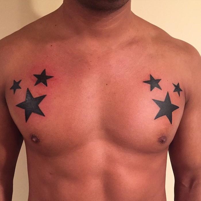 ein mann mit tattoos mit zwei großen schwarzen sternen und vier kleinen schwarzen sternen - sterne tattoo