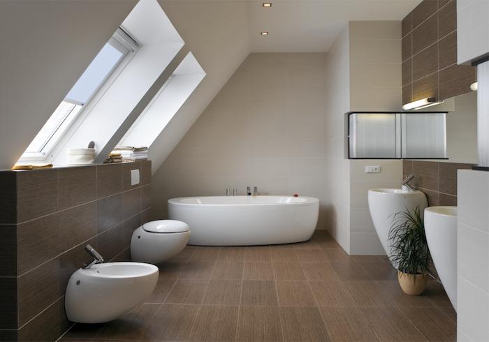 mansardenwohnung badewanne in weiß toilette waschbecken bad in beige und weiß fenster in bad badezimmer ideen pflanze im bad