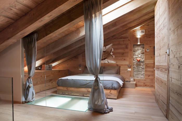 kleine räume geschickt einrichten großes bett im dachzimmer dachwohnung in grau und beige einrichten vorhänge zum exotischen look des zimmers