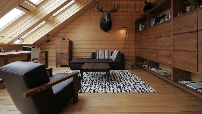 mansardenzimmer lesesessel schwarz aus leder elchkopf deko teppich schrank mit schubladen ideen