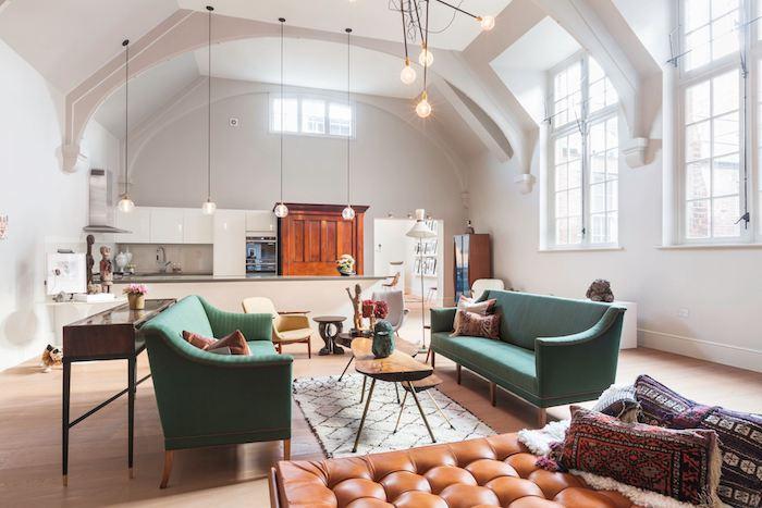 kleine räume geschickt einrichten großes mansardenzimmer wohnbereich wohnzimmer sofa grüne sofas ledersessel