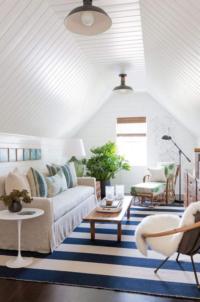 mansardenzimmer traumteppich in weiß und blau sofa mit dekorativen kissen deko ideen maisonette weiß pflanze kleiner tisch