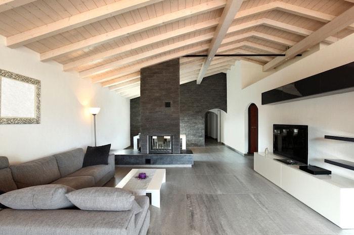 kleine räume geschickt einrichten graues design graues großes sofa im zimmer stehlampe leuchtend weiß graues design